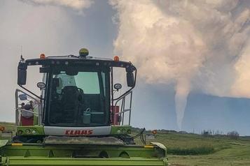 Un village du Manitoba pleure les deux victimes de la tornade)