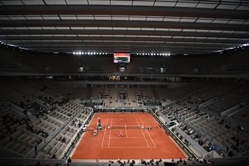 Entre COVID-19 et météo menaçante, Roland-Garros lance son édition automnale toit fermé)