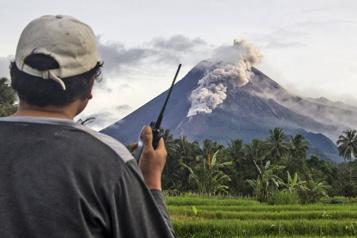 Indonésie Lave, cendres et gaz dans une autre éruption du volcan Merapi)