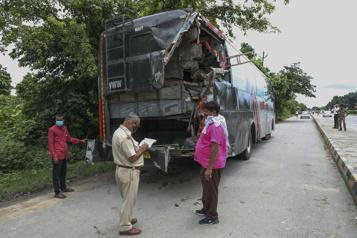 Dix-huit ouvriers endormis sur l'autoroute tués après une collision)