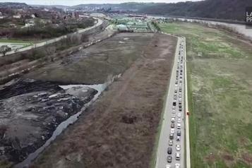 Une longue file de voitures pour rejoindre une banque alimentaire de Pittsburgh
