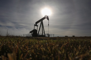 Le pétrole se replie face aux perspectives d'une demande en berne)