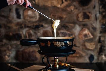 La fondue suisse de l'Auberge Saint-Gabriel sort de sa tanière)