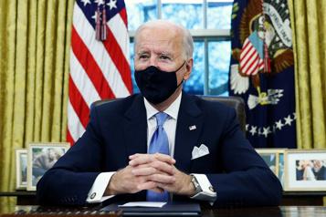 Biden s'attelle à la lutte contre la pandémie)