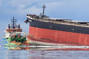 Marée noire: le bateau échoué à l'île Maurice menace de se briser)