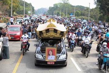 Birmanie Les protestataires rendent hommage à la première victime de la police)