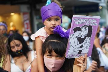 Des milliers de femmes se mobilisent dans le monde)