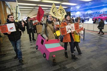 Salon de l'auto: des manifestants dénoncent la «culture du char»