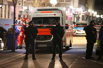 Double fusillade: Merkel dénonce le «poison» du racisme en Allemagne