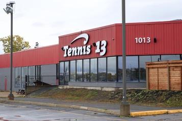 Deux éclosions de COVID-19 dans un centre de tennis de Laval)