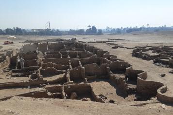 L'Égypte lève le voile sur une ville enfouie depuis 3000ans)