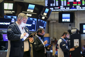 Wall Street Le NASDAQ chute, la hausse des taux obligataires inquiète)