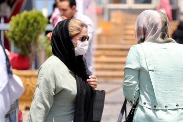 L'Iran se remobilise face au coronavirus après un pic de décès)