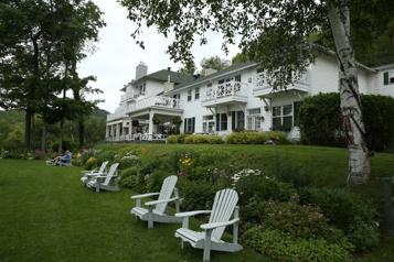 Selon Travel+Leisure Le Manoir Hovey au premier rang des hôtels canadiens)