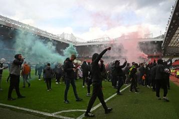 Manifestation contre les propriétaires Des partisans de Manchester United envahissent le stade)