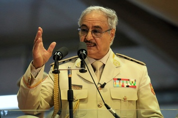Le chef rebelle libyen Khalifa Haftar attaqué en justice pour «crimes de guerre»)
