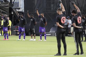 La MLS reprend ses activités en soulignant les injustices raciales)