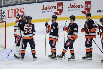 Les Islanders s'offrent une victoire de 5-2 face aux Sabres)