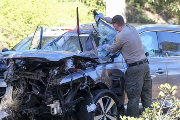 Accident de la route Tiger Woods était inconscient dans son véhicule)