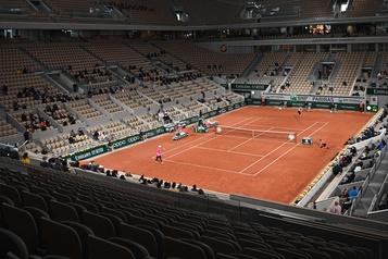 Quelques spectateurs témoins emmitouflés d'un Roland-Garros «invraisemblable»)