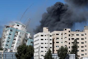 Israël détruit l'immeuble des médias à Gaza)