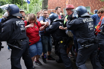 Rassemblement illégal contre les mesures sanitaires Confrontations entre manifestants et policiers à Berlin)