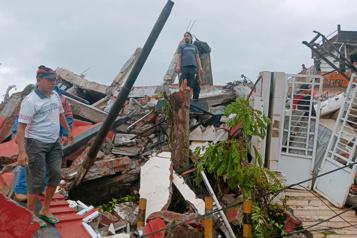 Au moins trois morts et un hôpital effondré dans un séisme en Indonésie)
