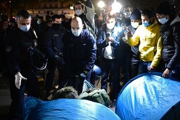 Évacuation de migrantsà Paris Des policiers font l'objet d'une enquête pour «violences»)