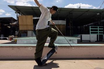 Aveugle, un Japonais défie les lois de la rampe en planche à roulettes)