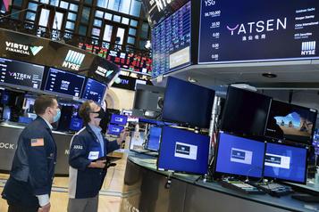 Wall Street termine dans le rouge après une semaine volatile )