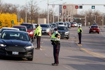 Ottawa Les contrôles policiers assouplis à la frontière avec le Québec )