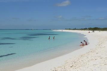 Cuba rouvrira des îlots aux touristes étrangers en juillet)