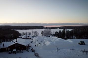 Sans touristes, ambiance solitaire pour le père Noël dans son village de Laponie)