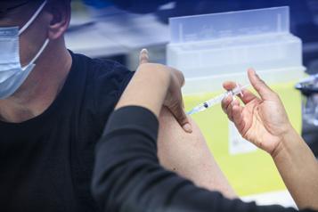 Les adolescents pourraient être vaccinés avant la rentrée)