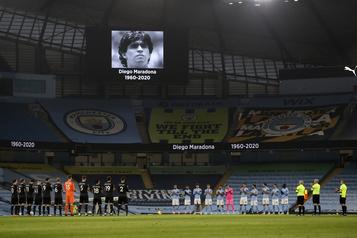 Hommages rendus à Diego Maradona aux quatre coins du globe)