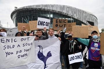 Super Ligue Des supporteurs de Manchester United manifestent contre les propriétaires du club)