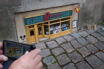Les maisons miniatures Anonymouse attirent les touristes)