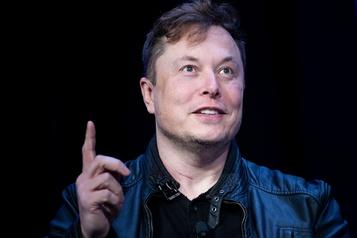 Elon Musk célèbre l'envolée de Tesla en insultant les autorités boursières)