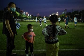 Wuhan: après l'épidémie, les joueurs de soccer rechaussent les crampons)