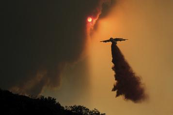 Californie: des centaines de maisons évacuées suite à un énorme feu de brousse)