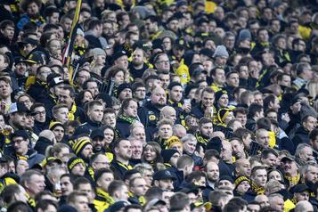 Des fans de soccer soutiennent leurs bars fermés: 73600euros en saucisses et bières