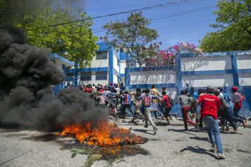 Haïti Des policiers libèrent par la contrainte des collègues incarcérés)