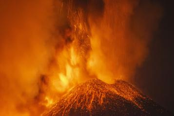 Nouvelle et spectaculaire éruption de l'Etna)