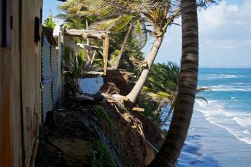 Guadeloupe Des résidants délogés de la côte rongée par l'érosion)