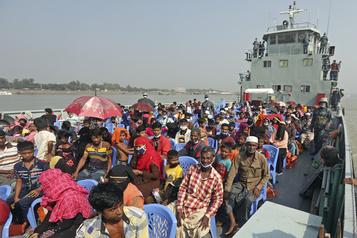 Bangladesh Des Rohingya transférés sur une île dans le cadre d'un projet controversé)