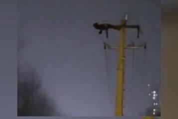 Chine Il fait des abdos sur un poteau électrique et provoque une panne)