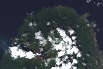 La Soufrière Éruption du volcan de l'île caribéenne de Saint-Vincent, des milliers d'évacuations)