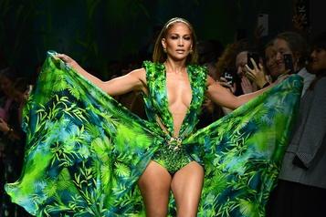 Jennifer Lopez défile pour Versace