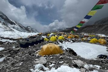 Mont Everest La pandémie menace de plonger la saison d'alpinisme dans la tourmente)