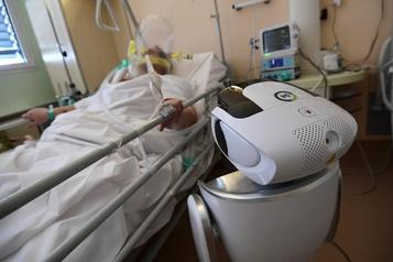 COVID-19: des robots au chevet des malades en Italie